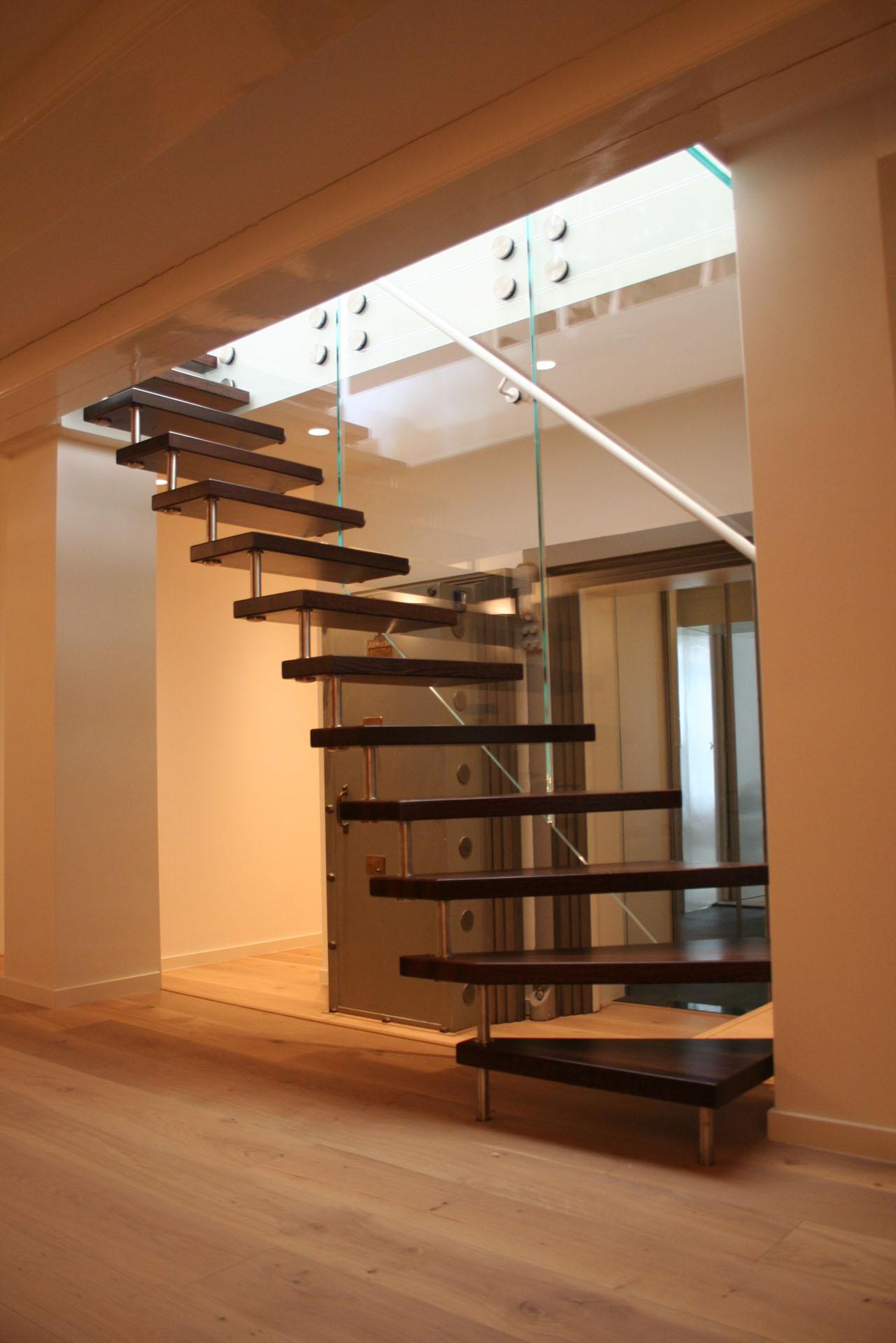 Semi zwevende weng houten kwartslagtrap hangend aan een glazen paneel allstairs trappen - Moderne trap kwartslag ...