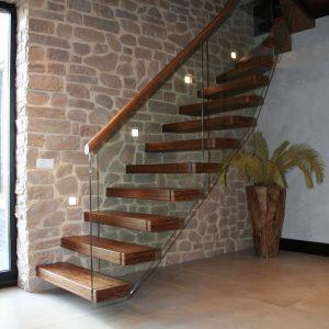 trap met zwevende bamboe treden