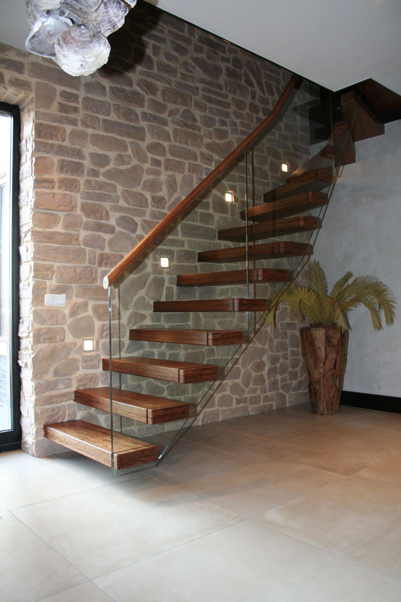 Open kwartslagtrap met zwevende bamboe treden allstairs for Moderne houten trap