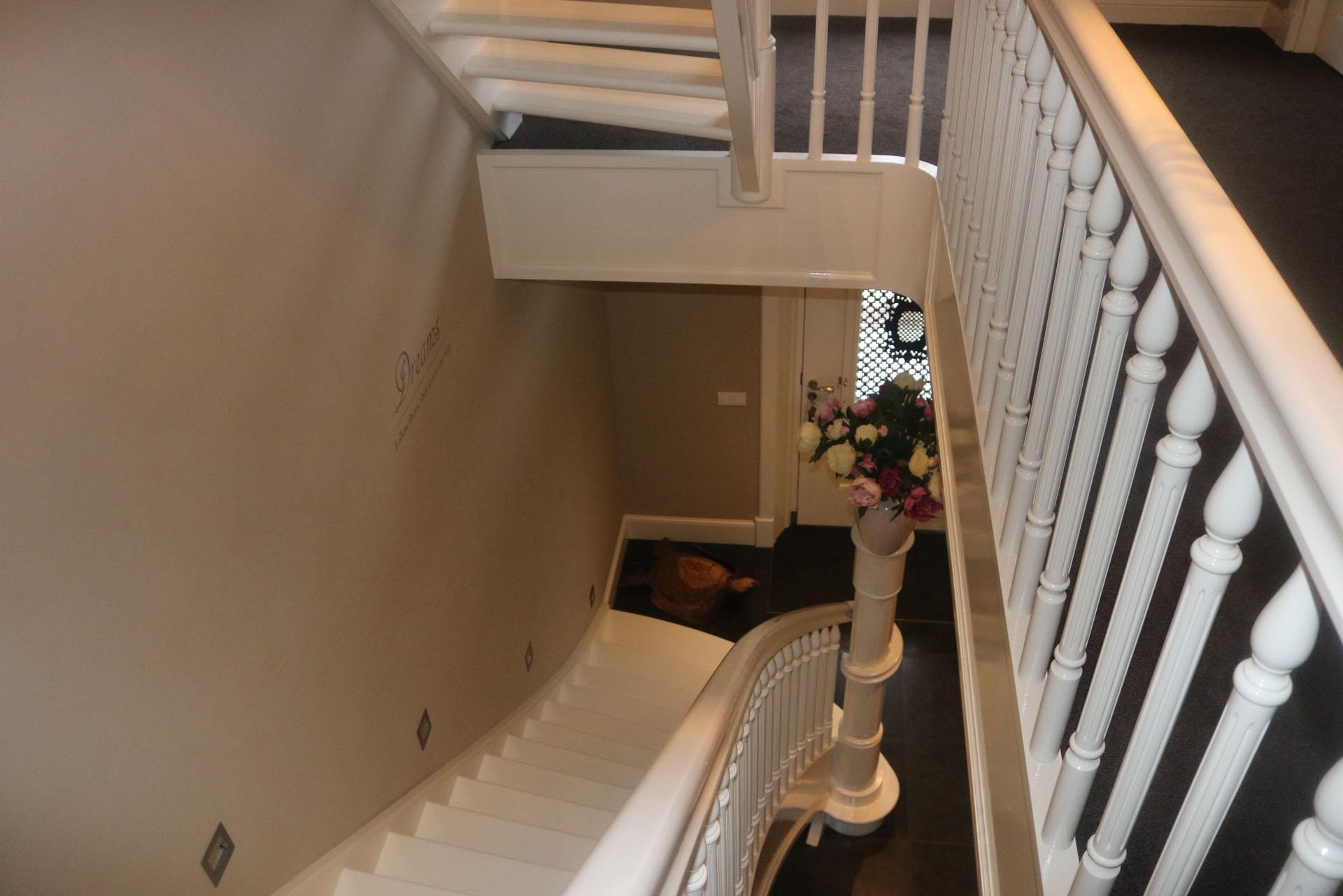 Klassieke witte beukenhouten trap met uitwaaierende for Trap hout wit