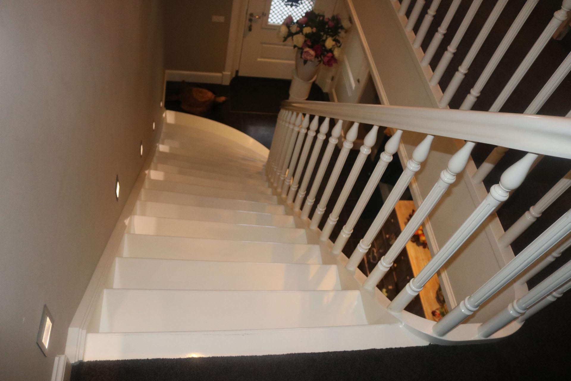 Klassieke witte beukenhouten trap met uitwaaierende binnenboom allstairs trappen - Geschilderde houten trap ...