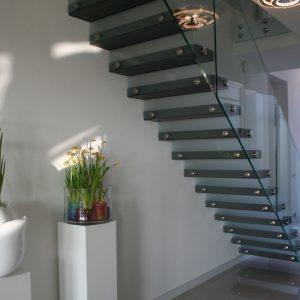 open trap natuursteen glazen balustrade