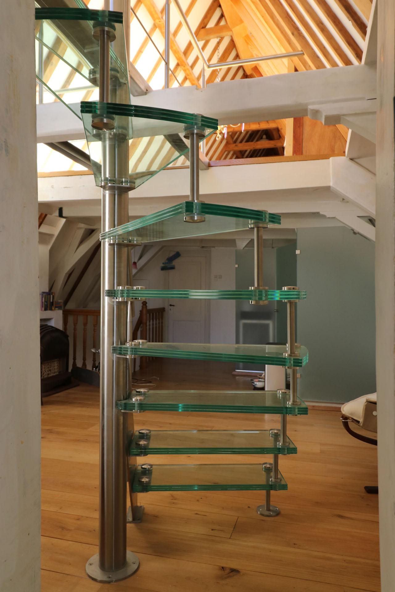 open RVS steek / spiltrap met glazen treden en glazen loopbrug