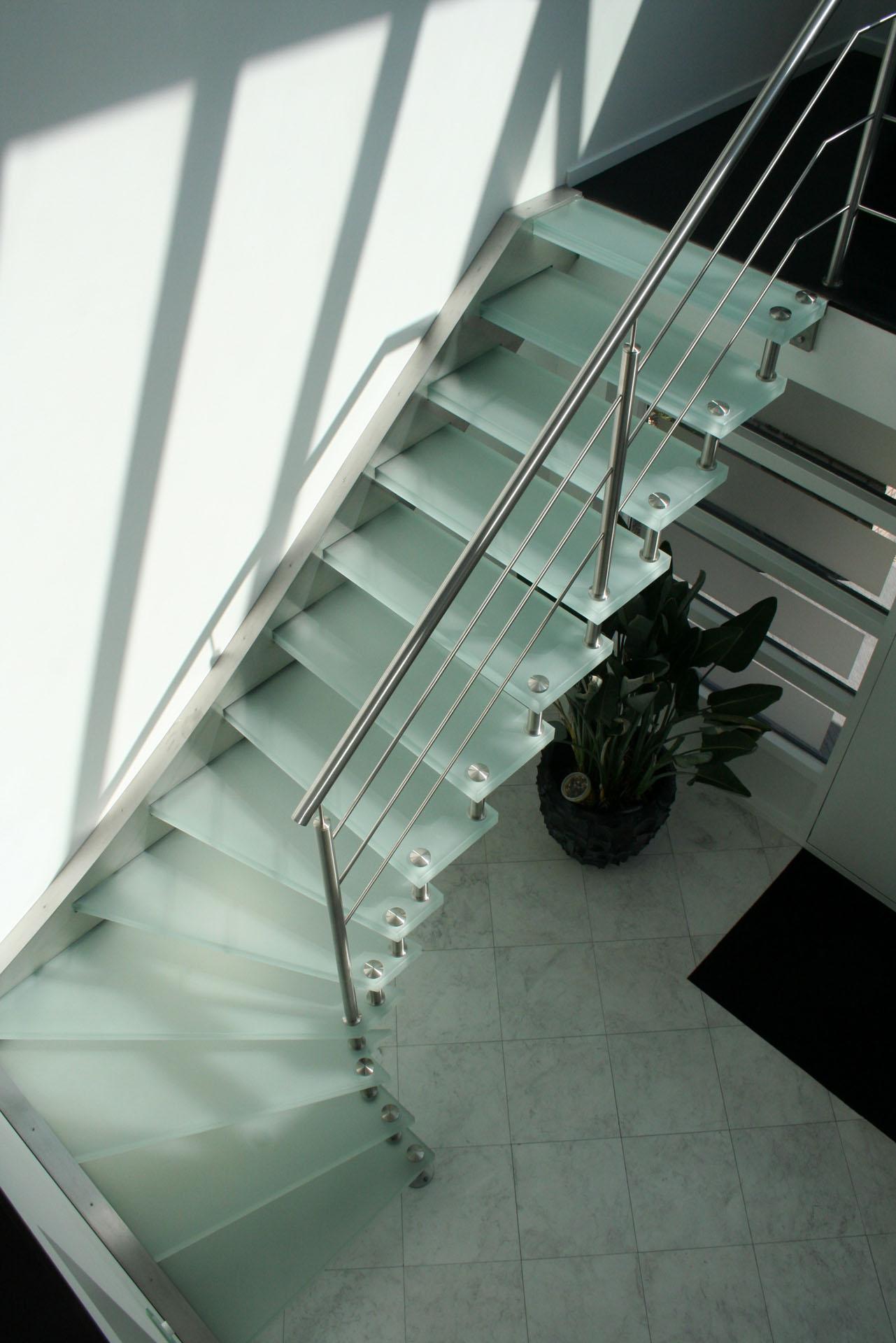 Semi zwevende verlichte glazen kwartslag trap allstairs trappen - Moderne trap kwartslag ...