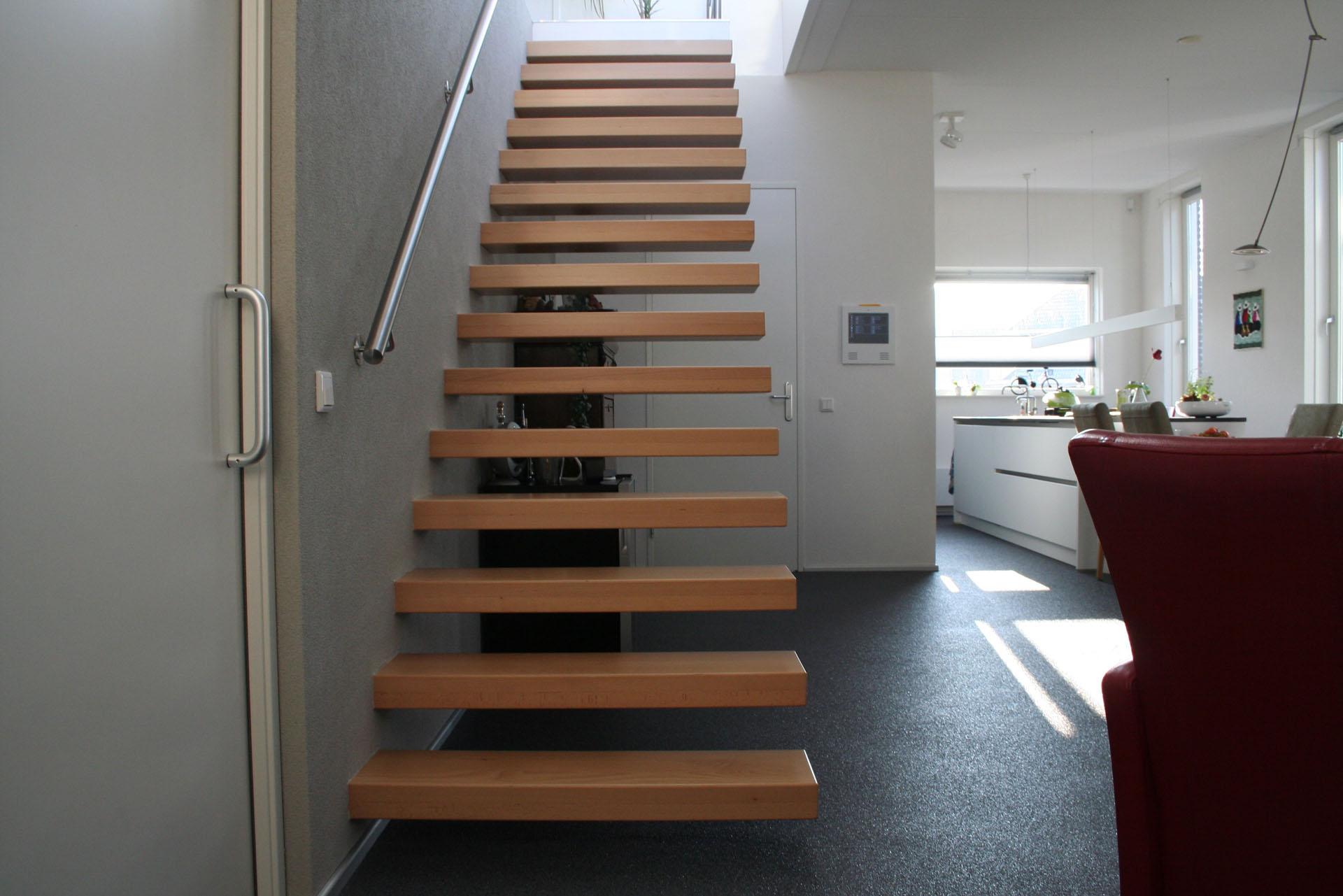 Open steektrap met zwevende beuken treden allstairs trappen for Steektrap hout