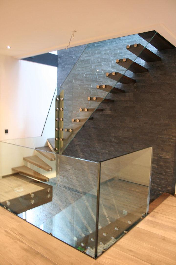 Semi-zwevende eiken steektrap met glazen balustrade