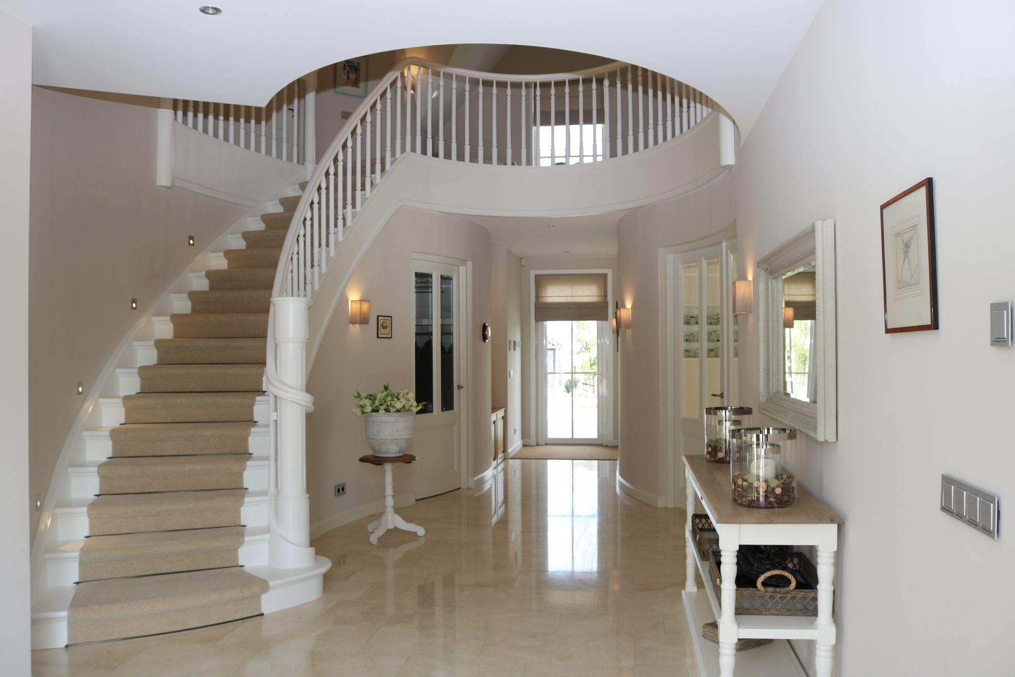 Witte dichte beuken wenteltrap met gedraaide spijlen allstairs trappen - Witte houten trap ...