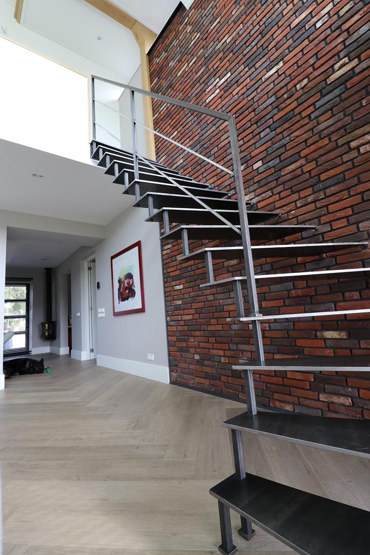 Semi zwevende blauw stalen kwartslagtrap allstairs trappen for Stalen trap maken