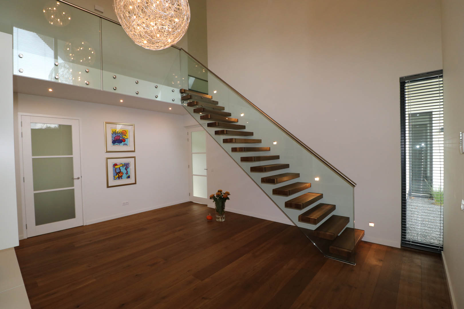 Semi zwevende eiken steektrap met glazen balustrade allstairs